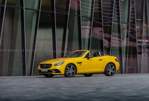 Mercedes-Benz SLC 300 Final Edition; Exterieur: sonnengelb, Night Paket, AMG Line, AMG Leichtmetallrad im 5-Speichen-Design in schwarz hochglänzend; Interieur: zweifarbiges Nappaleder schwarz/silber pearl, Ledereinsätze in Carbon-Optik an Sitzen, Wählhebel, Lenkrad, silberner SLC Schriftzug an Kopfstützen und Wählhebel;Kraftstoffverbrauch kombiniert: 7,0 l/100 km; CO2-Emissionen kombiniert: 161 g/km* Mercedes Benz SLC 300 Final Edition; exterior: sun yellow, night package, AMG line, 5-spoke AMG light-alloy wheels with high-gloss black finish; interior: two-tone nappa leaher black/silber pearl, carbon-fibre look leather inserts in the seats, at the selector lever, at the steering wheel, head restrains and selector lever bear silver SLC lettering;combined fuel consumption: 7.0 l/100 km; combined CO2 emissions: 161 g/km*